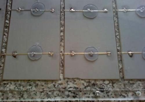 лист солнечной батареи, прижатый к ячейкам панели солнечных модулей